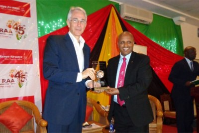 Ethiopian CEO Tewolde Gebremariam receiving the 'African Airline of the Year' award from IATA CEO Tony Tyler.
