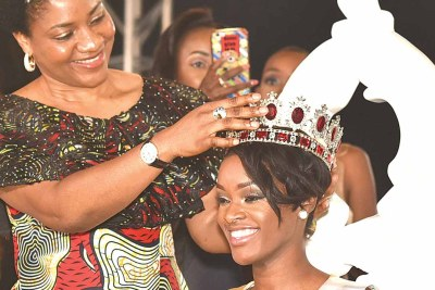 Wife of the Cross River State Governor, Dr. Linda Ayade, crowning winner of the maiden Miss Africa beauty pageant, Neurite Mendes.