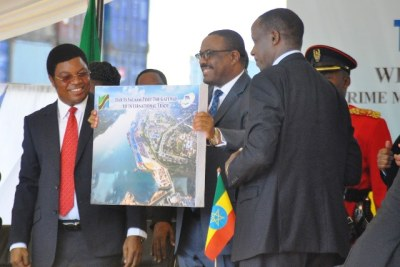 Prime Minister of the Federal Democratic Republic of Ethiopia, Hailemariam Desalegn, in a jovial mood as his counterpart,  Kassim Majaliwa looks on after receiving a picture of Dar es Salaam Port presented to him by Tanzania Ports Authority Chairperson of the Board of Directors, Prof Ignas Rubaratuka.