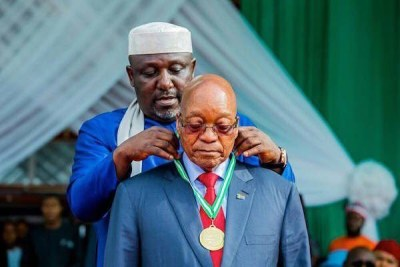 Governor Rochas of Imo state honours President Zuma with a medallion.