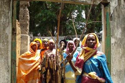 Les membres d'une association de femme dans la ville du nord de Ndele inspectent une un bâtiment.