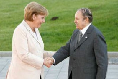 (Photo d'archives) - La chancelière allemande Angela Merkel avec le president algerien Abdelaziz Bouteflika - German chancellor visited Algeria on July 16-17, 2008