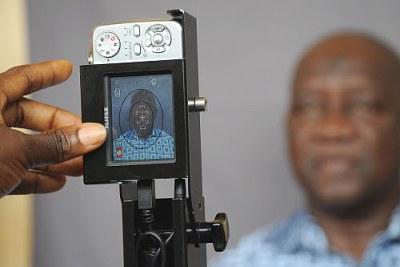 Séance de photographie pour l'enrégistrement sur les listes électorales de Siratiguie Bamba, un résident du village de Dabou