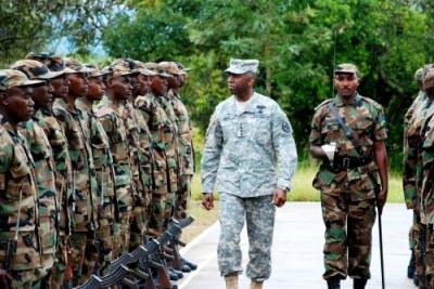 Le Général Ward avec des soldats au Rwanda en 2009.