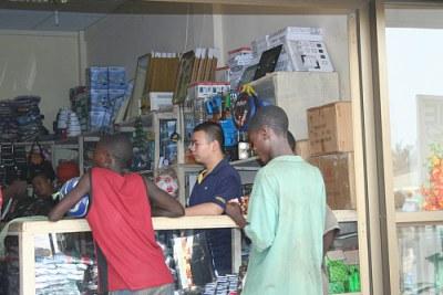 Un commerçant chinois devant sa boutique en Afrique