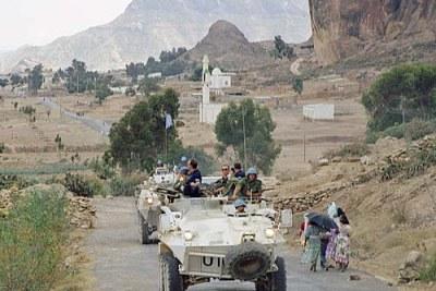 UNMEE le transporteur du personnel Blindé (APC) patrouille dans la zone de Senafe.