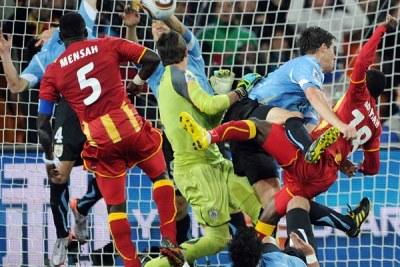 Luis Suarez renvoyant le tire de Dominic Adiyiah par la main