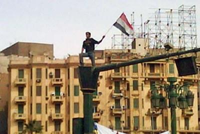 Un manifestant sur un feu de signalisation à la Place Tahrir, le 4 février 2011.