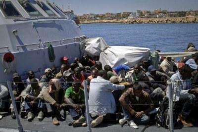Les migrants qui sont au centre de détention de Lampedusa subissent quotidiennement un traitement inhumain qui soulève l'ire de la communauté internationale.
