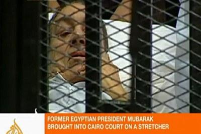 Hosni Mubarak se présente à son procès sur une civière