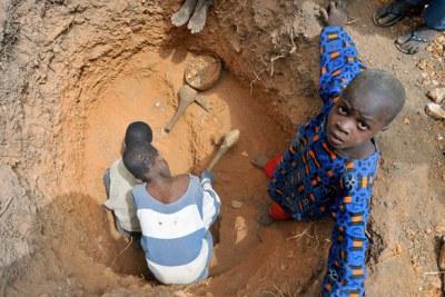 Des enfants travaillent dans une mine d'or artisanale, cercle de Kéniéba, Mali.