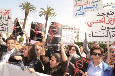 Des manifestants réclamant l'abrogation de l'article 475 du Code pénal.