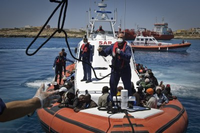 A boat of Italian Cost Guards is approaching Lampedusa to disembark 142 migrants, including 30 women and 3 children, coming from Tripoli (file photo).