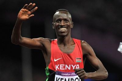 Le kenyan Ezekiel Kemboi célébre sa victoire sur le 3000m Steeple au stade olympique de Londres.