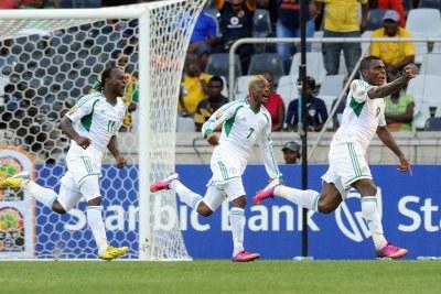 Emmanuel Emenike, le n°9 du Nigeria, célébrant son but marqué contre la Zambie.
