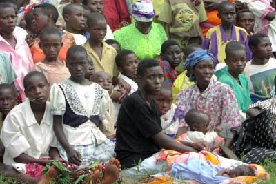Un groupe de femmes et d'enfants rwandais