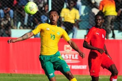 Mzikayise Mashaba d' Afrique du Sud et le namibien Larry Horaeb lors des quarts de finale de la Cosafa Cup en Zambie.