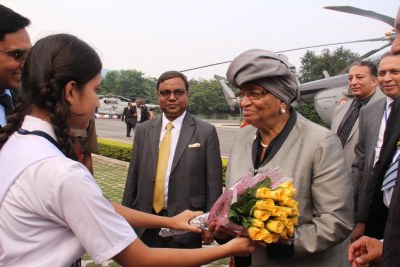 An Indian student welcomes President Ellen Johnson Sirleaf with flowers.