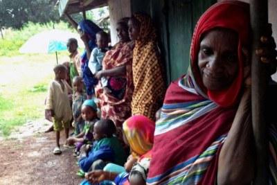 Des femmes attendent une distribution d'aide humanitaire devant la maison de l'Imam de Bossangoa.