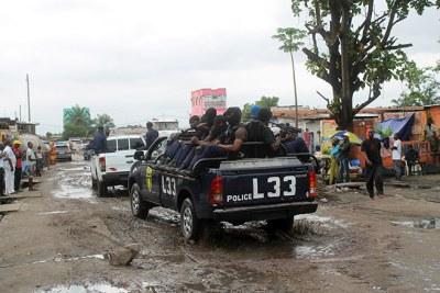 Des policiers congolais participant à l'Opération Likofi dans la capitale de la RD Congo, Kinshasa, le 2 décembre 2013