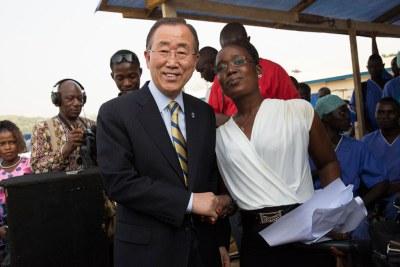 Le Secrétaire général Ban Ki-moon salue Rebecca Johnson, une infirmière ayant survécu à Ebola.