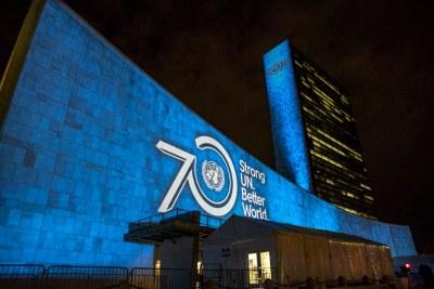 Les objectifs de développement durable sont projetés sur la façade des bâtiments du siège de l'ONU.