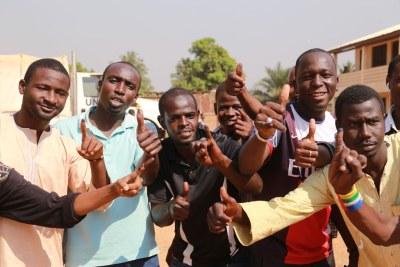 Des électeurs du quartier PK5 de la capitale, Bangui, après avoir voté lors du référendum constitutionnel en République centrafricaine, du 13 au 14 décembre 2015