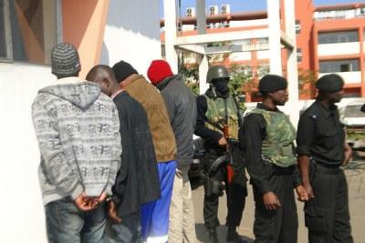(Images d'archives) - La police de la République du Mozambique escorte les suspects d'enlèvement à leur audience.