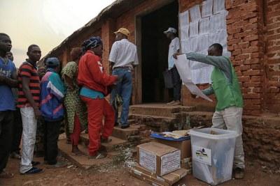 Electeurs en République centrafricaine lors du scrutin du 30 décembre 2015