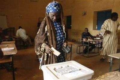 Une électrice glissant son bulletin de vote dans l'urne