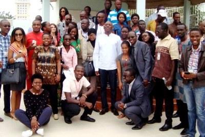 Le Directeur Régional de UNFPA/WCARO, M. Mabingué Ngom au milieu des membres de l'association Afriyan Afrique de l'Ouest et du Centre.