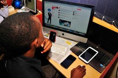 Photo archive - Les médias sociaux et l'accès à Internet par le biais d'ordinateurs et de téléphones mobiles.