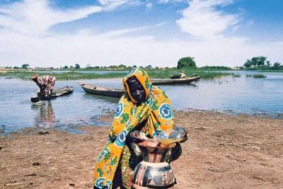 Une femme s'efforce de préserver la propreté de son eau au Niger