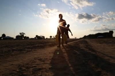 Deux enfants portent de l'eau à Leer, dans l'Etat d'Unité, au Soudan du Sud.