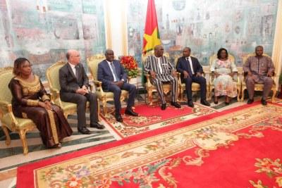 Le Président de la Commission de l'Union africaine, S.E. Moussa Faki Mahamat, accompagné du Commissaire à la Paix et à la Sécurité, l'Ambassadeur Smail Chergui, et de Madame Cessouma Minata Samaté, Commissaire aux Affaires Politiques, vient de conclure une tournée de plus d'une semaine dans les pays du G5-Sahel : le Niger, le Tchad, la Mauritanie, le Mali et le Burkina Faso.