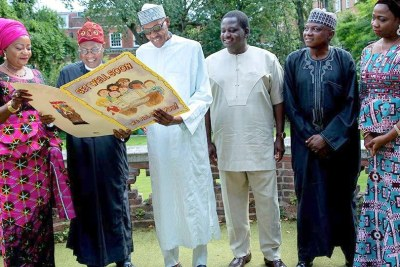 Buhari strikes a pose with Lai Mohammed, Femi Adeshina, Garba Shehu, Abike Dabiri in new photo.