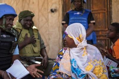 Des Casques bleus de la MINUSMA s'entretiennent avec la population locale pour connaître leurs difficultés et apporter des solutions lors d'une patrouille dans le village de Bara situé à 85 km de la ville de Gao, au nord-est du Mali.