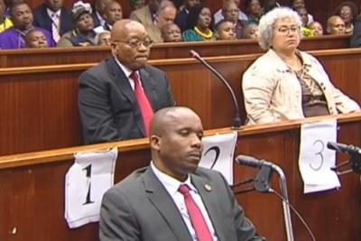 Capture d'écran d'une vidéo de SABC de l'ancien président Jacob Zuma devant un tribunal pour faire face à des accusations de corruption.