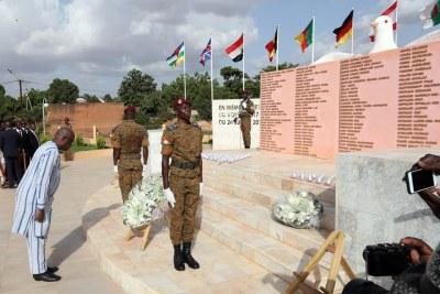 La stèle mémorial du crash d'Air Algérie a été inaugurée ce mardi 24 Juillet près de l'aéroport international de Ouagadougou, en présence des familles des victimes et du président burkinabè Roch Marc Christian Kaboré