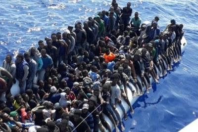 Photo d'un garde-côte libyen montrant un navire de 490 migrants africains se dirigeant vers l'Europe par la mer Méditerranée.