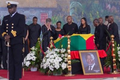 Entourée par sa famille, Nane, la veuve de l'ancien Secrétaire général de l'ONU Kofi Annan, lors des funérailles de ce dernier à Accra, au Ghana, le 13 septembre 2018.