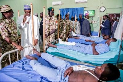 (Photo d'archives) - Le Président Muhammadu Buhari au chevet de victimes de terroristes à Maiduguri, nord du Nigéria