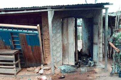 (Photo d'archives) - Un soldat de l'armée mozambicaine inspecte un bâtiment détruit lors d'une attaque de nuit par un groupe islamiste armé présumé dans le village de Chicuaia Velha, district de Nangade, le 23 novembre 2018.
