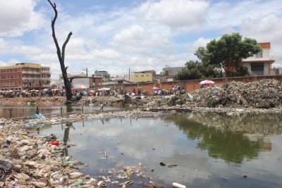 Les ordures s'entassent dans le quartier de La Réunion Kely, l'un des plus pauvres de la capitale, Antananarivo, janvier 2019.