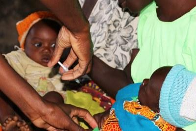 Le vaccin antipaludique est administré à un enfant de cinq mois à Mkaka au Malawi. (avril 2019)