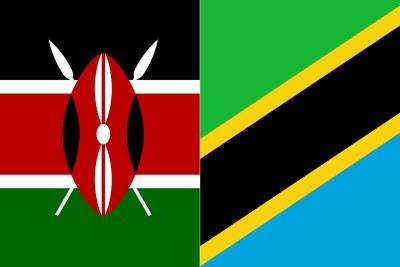 Drapeaux du Kenya, à gauche, et de la Tanzanie.