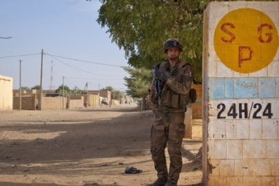 A French soldier secures an area next to an abandoned jihadist bomb factory in Gao, Mali (file photo).