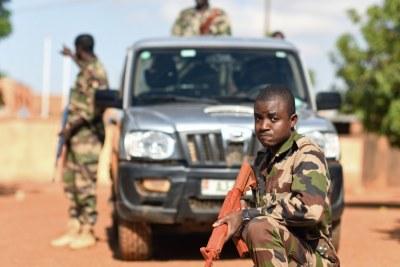 Les membres de l'unité de génie des Forces Armées Nigériennes (Forces armées nigériennes) pratiquent les procédures des véhicules lors d'un cours de sensibilisation aux engins explosifs improvisés à Niamey, Niger, le 11 octobre 2019.