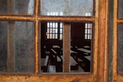 Une salle de classe aperçue à travers la fenêtre d'une école située dans la région anglophone du Cameroun