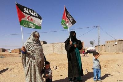 Des femmes brandissent le drapeau de la République arabe sahraouie démocratique